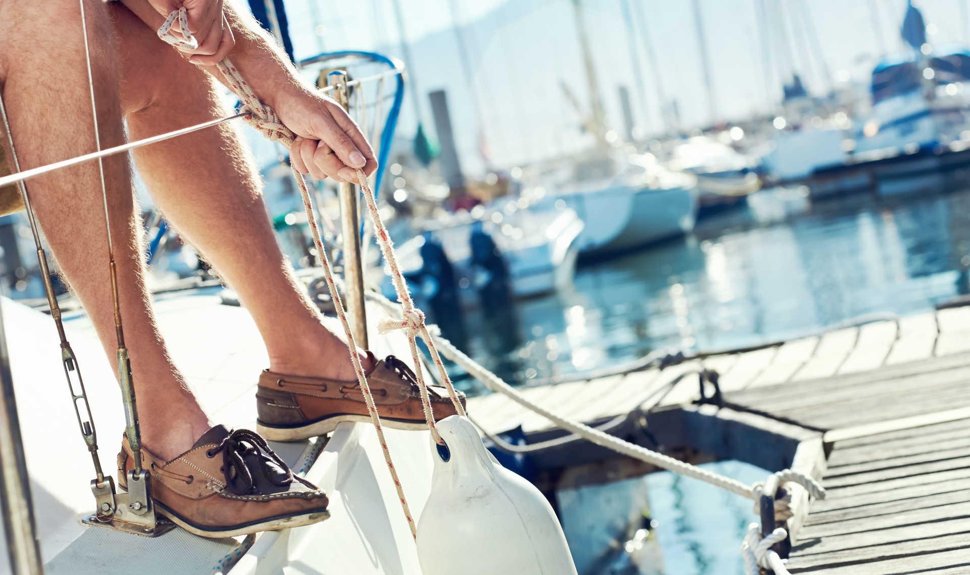 marinaio mentre lega cima sugli ormeggi al porto di Vieste